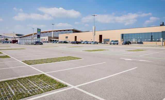 Ein Einkaufszentrum mit riesigem Parkplatz
